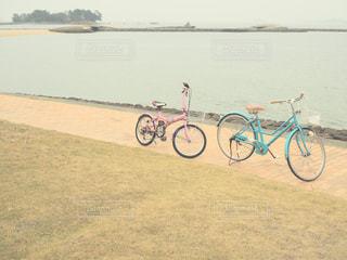 水の体の横に自転車の写真・画像素材[1655460]