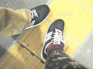 黒い靴を履いて足のペアの写真・画像素材[1745566]