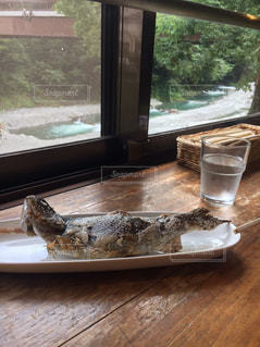 ウィンドウの横のテーブルの上に食べ物のプレートの写真・画像素材[722204]