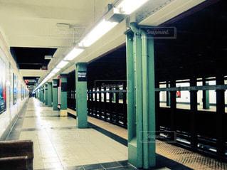 電車の駅で待っている人の写真・画像素材[716460]