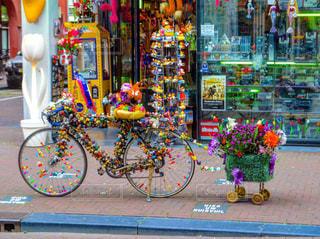 店の前に停まっている自転車 - No.748151
