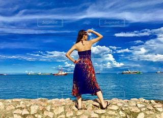 海岸に立つ女性の後ろ姿の写真・画像素材[709742]