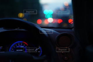 近くに車のアップの写真・画像素材[708880]