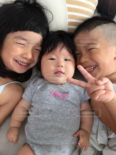 女の子の赤ん坊を保持の写真・画像素材[708982]
