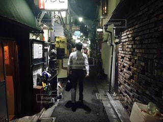 歩道に立っている人の写真・画像素材[709033]