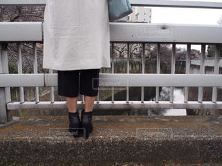 フェンスの前に立っている人の写真・画像素材[735602]