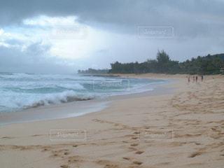 砂浜の上に立つ人々 のグループの写真・画像素材[712058]