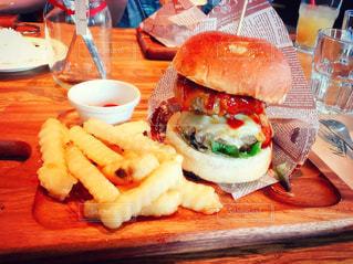 木製のテーブルが皿にサンドイッチをトッピング - No.709140