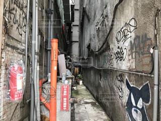 建物の側に落書きに歩道の写真・画像素材[720003]