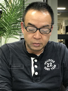 カメラを見てメガネの男の写真・画像素材[1025570]