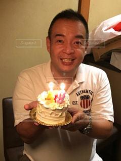 誕生日ケーキを持っている人の写真・画像素材[1478642]