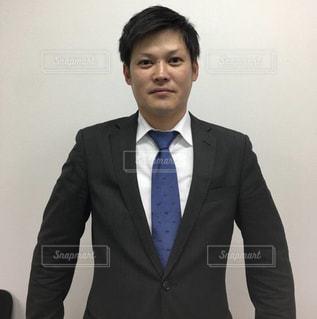 スーツを着て、カメラに微笑むネクタイをした男の写真・画像素材[2284510]