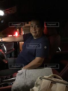 車の中に座っている人の写真・画像素材[2389151]