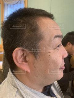 カメラを見ている男の写真・画像素材[2862637]