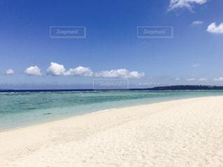 水の体の横にある砂浜のビーチの写真・画像素材[709894]