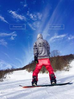 雪に覆われた斜面をスキーに乗る男 - No.709914
