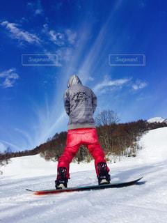 雪をスノーボードに乗る男覆われた斜面の写真・画像素材[709915]
