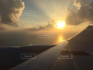 空の雲の切れ間から輝く太陽の写真・画像素材[710205]