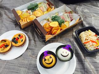 テーブルの上に食べ物の種類の束の写真・画像素材[710955]