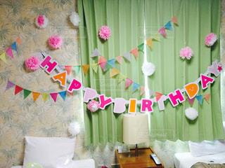 テーブルの上のピンクの花のグループの写真・画像素材[764124]