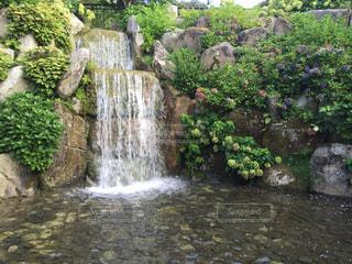 いくつかの水の上の大きな滝の写真・画像素材[764127]