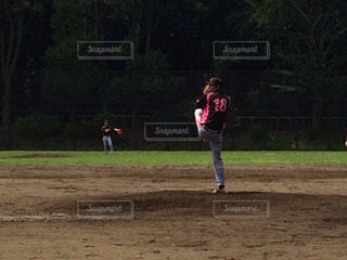 野球のゲームを再生する人々 のグループの写真・画像素材[964388]