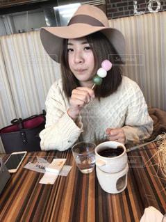 一杯のコーヒーをテーブルに座って人の写真・画像素材[964578]