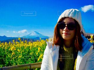カメラにポーズのサングラスを身に着けている女性の写真・画像素材[964611]