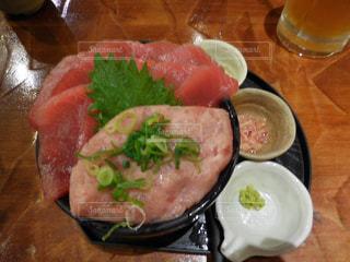 テーブルの上に食べ物のプレートの写真・画像素材[966156]