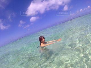 海でサーフボードで波に乗って男の写真・画像素材[966175]