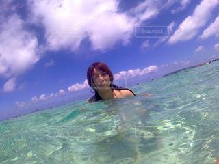 水の体のサーフィン ボードに乗る人の写真・画像素材[966177]
