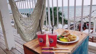 木製のテーブルの上に食べ物の写真・画像素材[1016832]