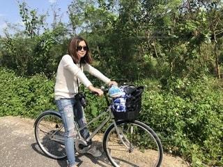 人が自転車の後ろに乗っての写真・画像素材[1016856]