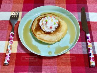 テーブルの上に食べ物のプレートの写真・画像素材[1122048]