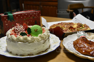 テーブルの上に座っているいくつかのケーキ プレートの写真・画像素材[1640607]