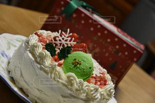 テーブルの上に座っているケーキの写真・画像素材[1640608]