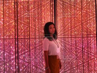 カーテンの前に立っている人の写真・画像素材[1640609]