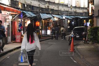 通りを歩いている人の写真・画像素材[1640627]