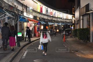 歩道を歩いている人のグループの写真・画像素材[1640628]