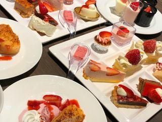 テーブルの上に食べ物のプレートの写真・画像素材[1764600]