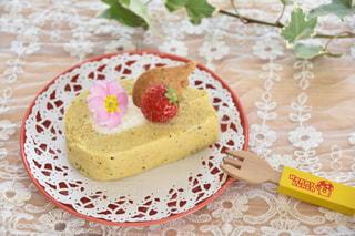 テーブルの上に座っているケーキの写真・画像素材[1852894]