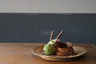 テーブルの上に食べ物のフレンチトーストの写真・画像素材[709841]