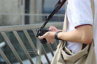 カメラ持ってる人の写真・画像素材[727077]
