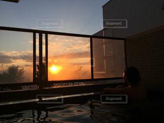 夕陽の見える露天風呂に女の子が入浴中ですの写真・画像素材[963354]