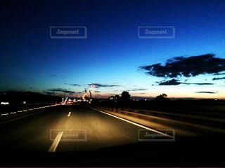 夜道の夕日の写真・画像素材[710103]