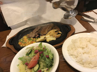 テーブルの上の皿の上に食べ物のボウルの写真・画像素材[714692]