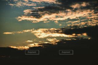 夕焼け空に浮かぶ雲の写真・画像素材[710201]