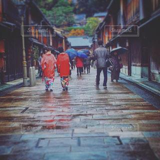 歩道を歩いている人のグループの写真・画像素材[711137]