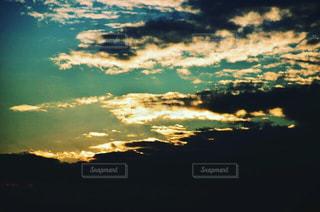 水の体に沈む夕日の写真・画像素材[730266]