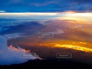 【富士山】雲の隙間からのご来光の写真・画像素材[710362]